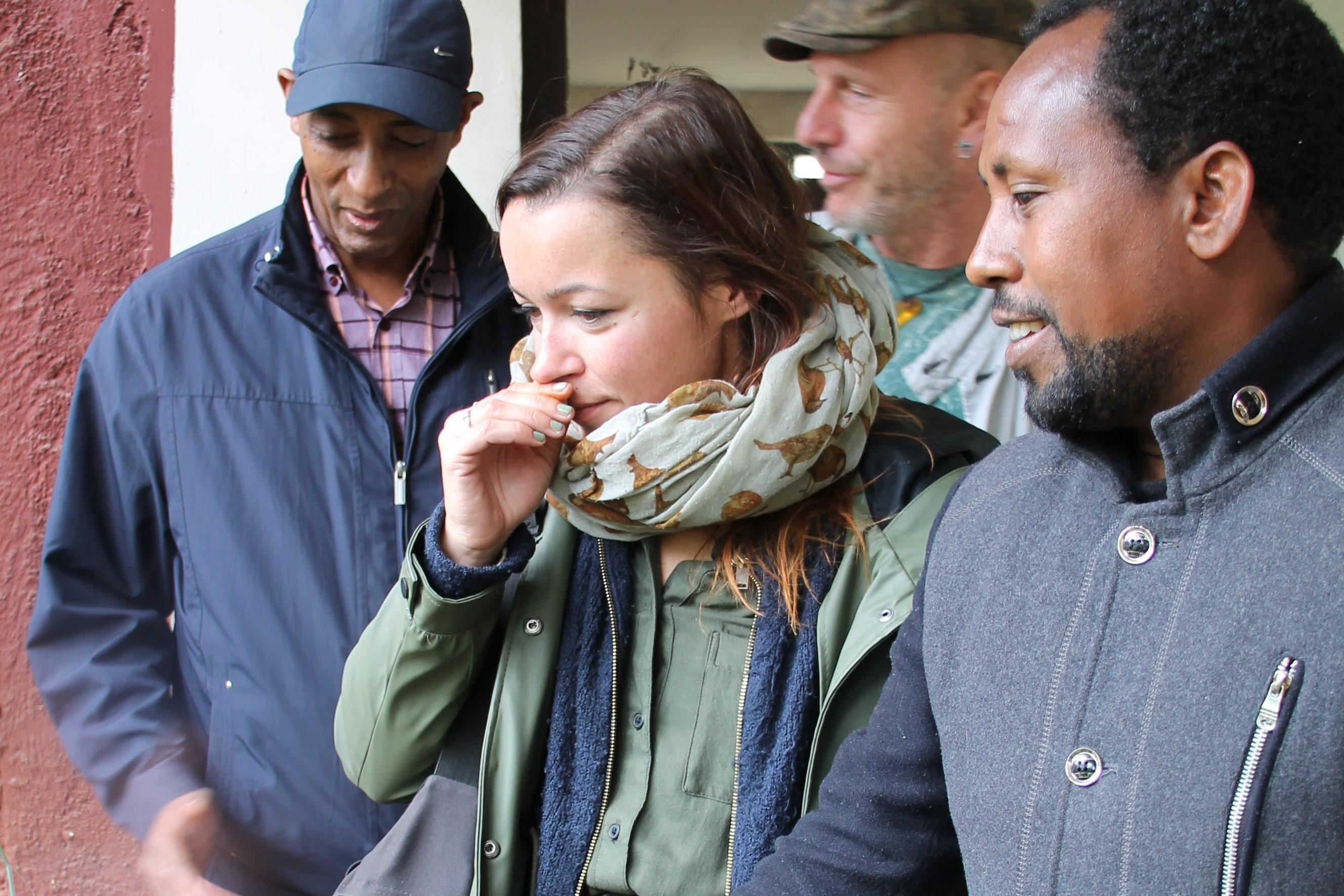Sarah Junge vom Berufsschulzentrum 12 riecht an duftenden Kräutern im Botanischen Garten von Addis Abeba. Foto: Stephanie von Aretin