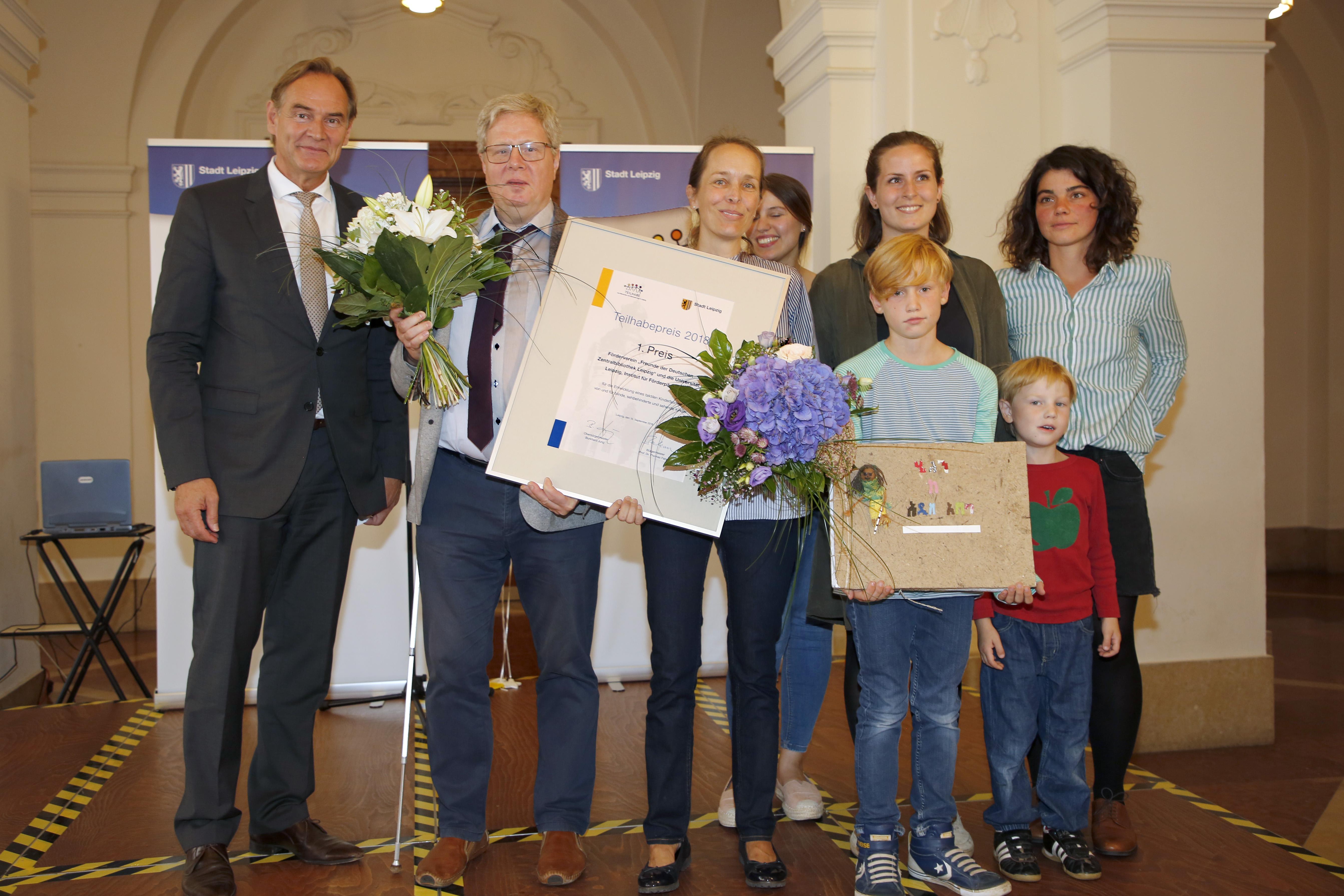 Die Gewinner des Teilhabepreises 2018 mit Oberbürgermeister Burkhard Jung Foto: Mahmoud Dabdoub