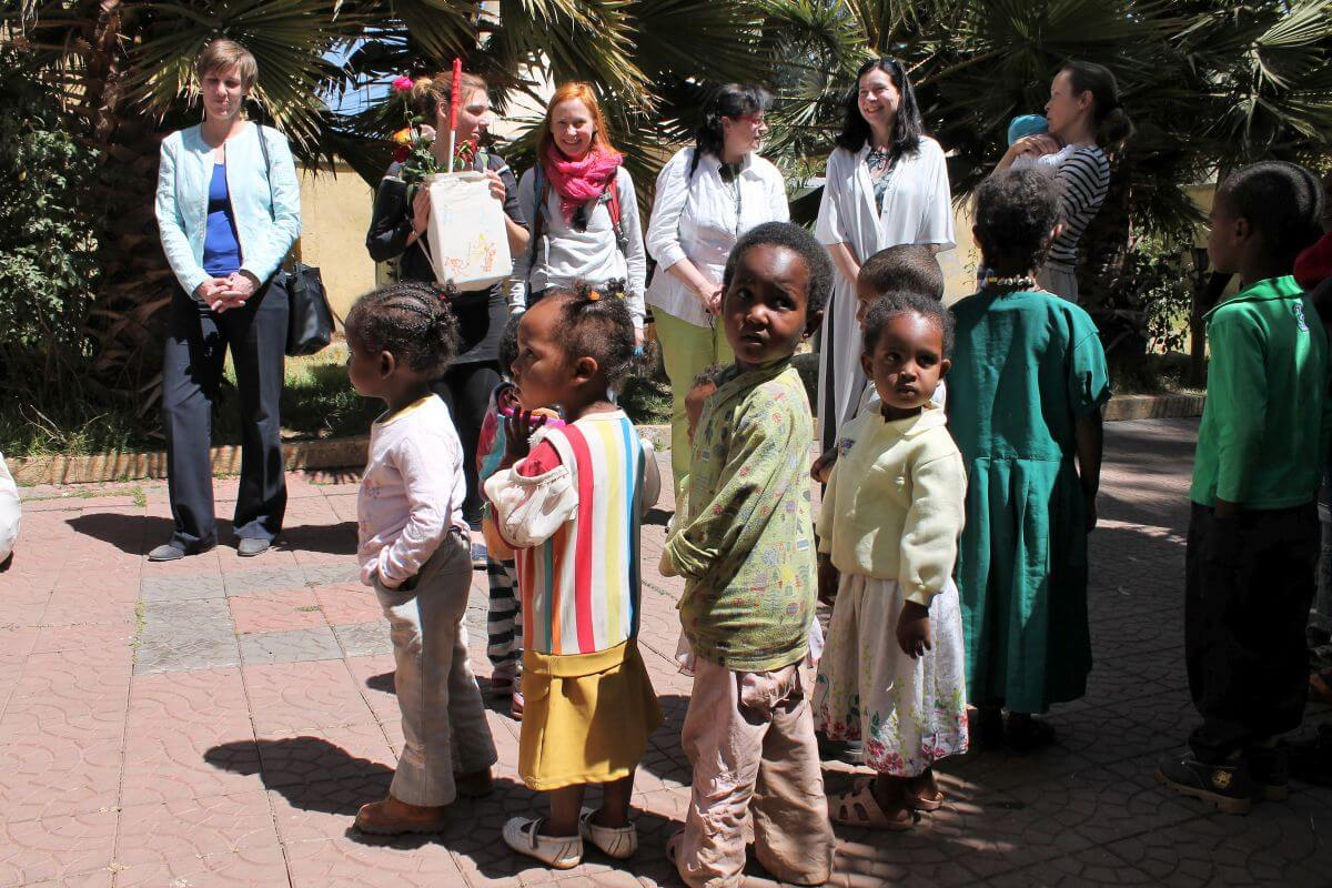 Kinder begrüßen Delegationsteilnehmer in der NGO Together in Addis Abeba.