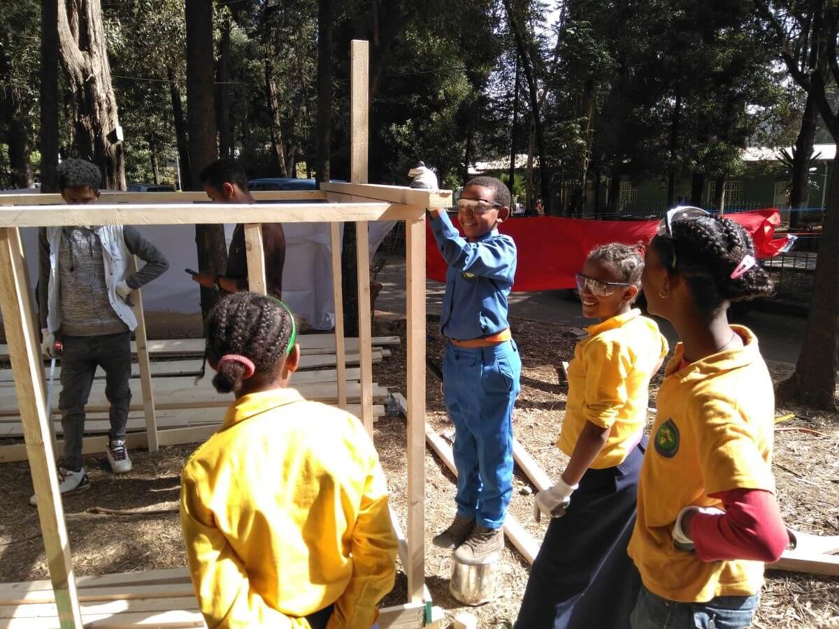 Kinder in Addis Abeba bauen eine barrierefreie Stadt aus Holz.